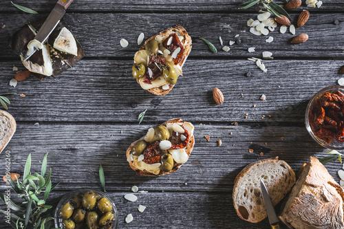 Tapas ou Tartine de Pain Grillé à la Tomme de Provence, Olive Verte, Tomate séchée et Amande pour un Apéritif