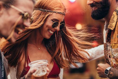 Cuadros en Lienzo Friends having fun at a music festival