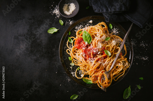Dark plate with italian spaghetti on dark Fotobehang
