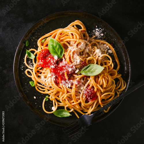 Dark plate with italian spaghetti on dark Canvas-taulu