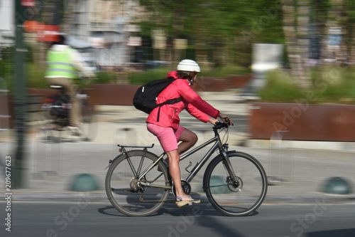 velo santé sécurité roues route ville casque Fototapeta