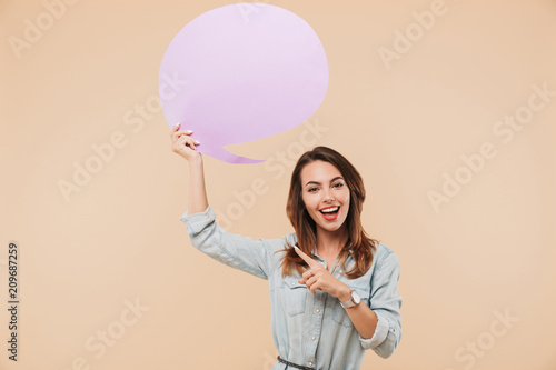 Fotografía  Beautiful young cheerful woman holding speech bubble