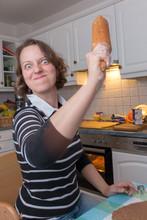 Eine Frau Schlägt Mit Dem Nudelholz