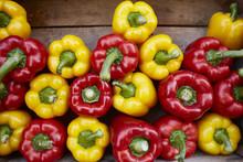Paprika In Gelb Und Rot In Holzkiste