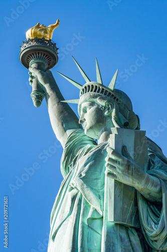 Fotobehang Historisch mon. Amerikanische Freiheitsstatue mit Fackel, Krone und Unabhängigkeitserklärung, Liberty Island, New York City, USA