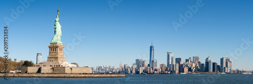 Staande foto New York City Liberty Island und Manhattan Panorama in New York City, USA