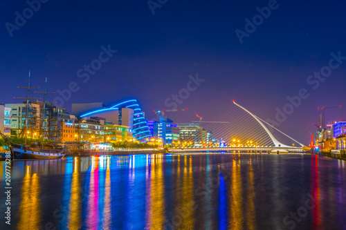 Night view of the Convention Center Dublin and Samuel Beckett Bridge, Ireland Fototapet