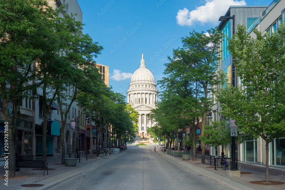 Fototapety, obrazy: Wisconsin State Capitol building in a street scene in Madison, Wisconsin