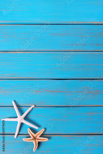 Poster Ecole de Danse Starfish old weathered blue beach wood deck background vertical