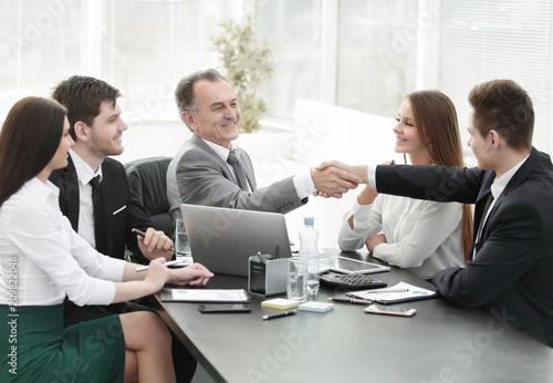 Fototapeta businessman and investor shake hands at the negotiating table obraz