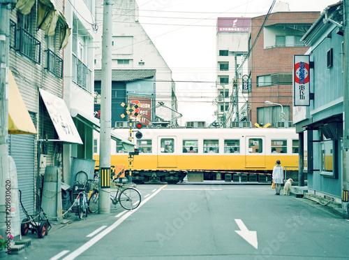 電車通過を待つ2人