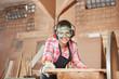 canvas print picture - Frau in Tischler Lehre schleift Holz