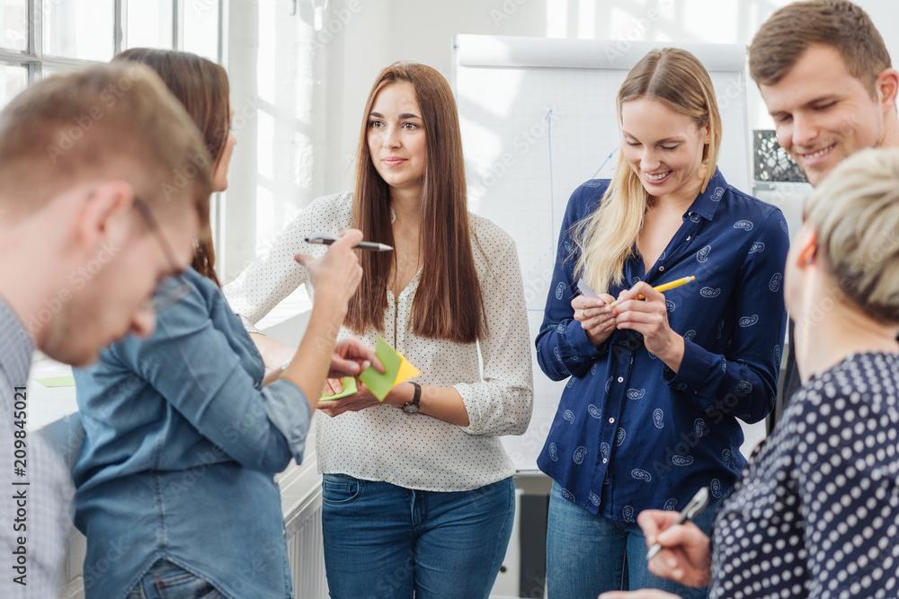 Fototapeta junges team macht sich notizen in einem seminar oder einer besprechung