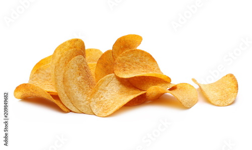 Fotomural  Barbecue flavored potato chips isolated on white background