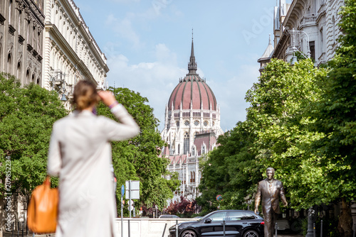 Foto auf Leinwand Budapest Woman enjoying street view with Parliament building in Budapest city, Hungary