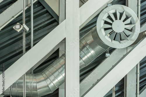 Fotografie, Obraz Deckenkonstruktion aus Stahl mit dem Rohr der Lüftungsanlage