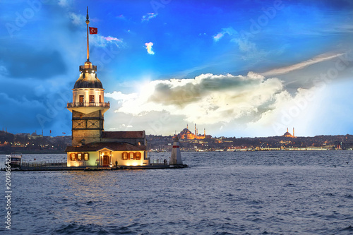 Photo  Awesome sky and Maiden's Tower (kiz kulesi) in istanbul