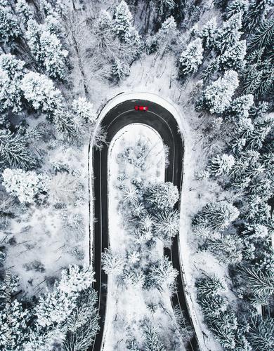 samochod-na-kretej-drodze-zima-jak-widac-z-gory