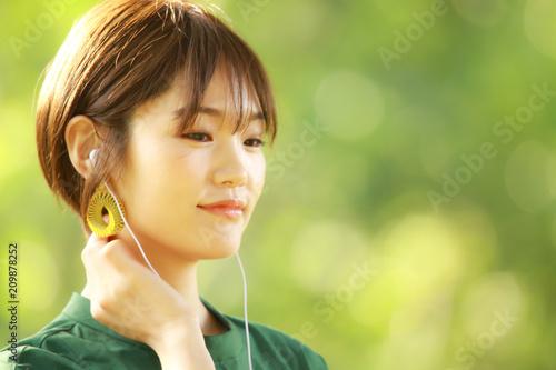 Poster  音楽を聴く女性