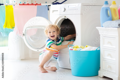 Fotografia Child in laundry room with washing machine