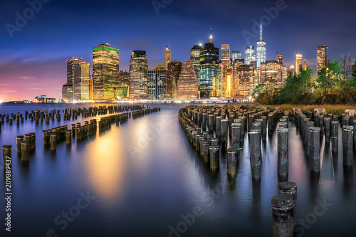 Obraz New York City Skyline mit Pier 1 bei Nacht, USA - fototapety do salonu