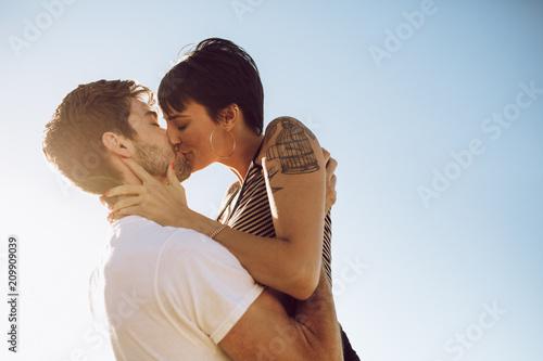 Photo  Beautiful couple kissing outdoors