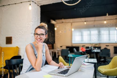 Cuadros en Lienzo Portrait of smiling entrepreneur girl indoors.