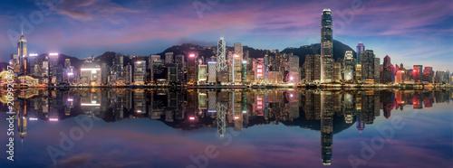 Keuken foto achterwand Hong-Kong Panorama der beleuchteten Skyline von Hong Kong am Abend nach Sonnenuntergang