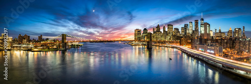 Fotobehang Amerikaanse Plekken New York City Skyline Panorama mit Brooklyn Bridge und Blick Blick auf Manhattan