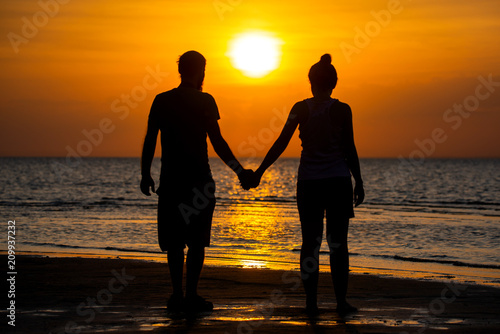 In de dag Ochtendgloren Couple of lover holding hand with sunrise