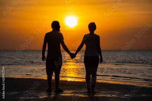 In de dag Ochtendgloren Couple of lover holding hand with sunrise