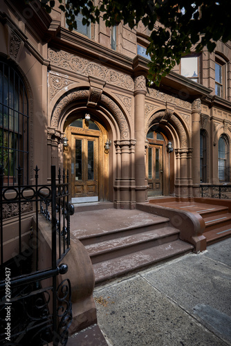 Foto op Plexiglas Chicago a row of brownstone buildings and stoops in an iconic neighborhood of Manhattan, New York City.
