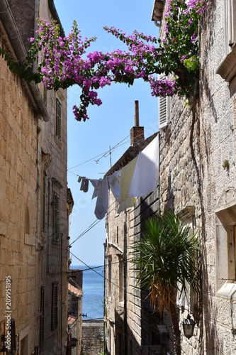 Zgub się w brukowanych wąskich uliczkach na starym mieście Korcula, wyspa Korcula, Chorwacja, czerwiec 2018