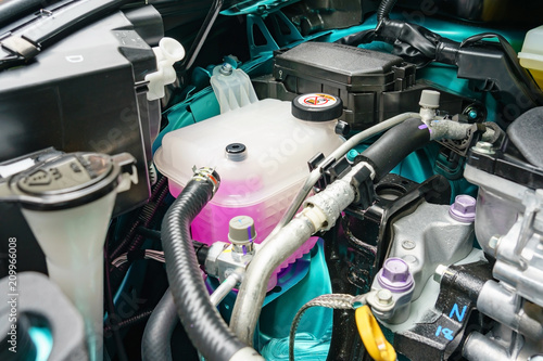 Fotografía  Close view of an engine coolant tankof a serviced car