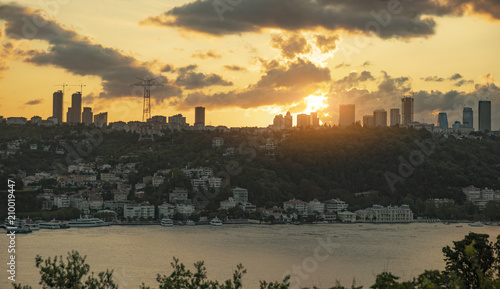 Plakat Istanbul starych i nowych budynków podczas zachodu słońca