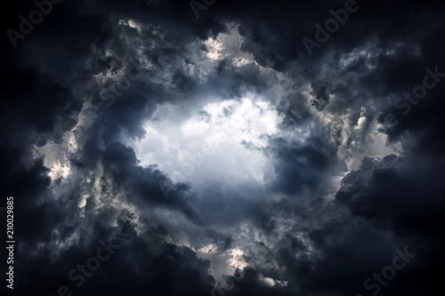 Fotografia Hole in the Dramatic Clouds