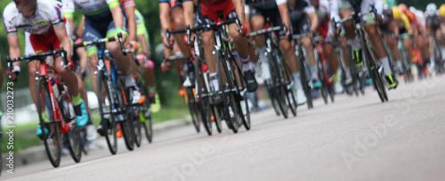 Cuadros en Lienzo  Ciclisti in fila