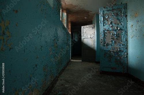 opuszczony-stary-niemiecki-szpital-psychiatryczny-pusty-korytarz-polamane-okna-i-sciany-straszny-nawiedzony-azyl-stary-dom