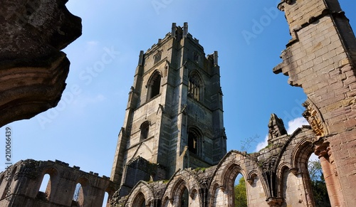 In de dag Monument Tower capture of Fountains Abbey ruins. England