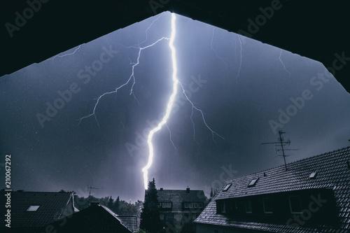 Obraz Blitz schlägt in Hausdach ein - fototapety do salonu
