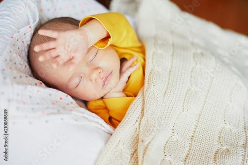 Obraz Newborn baby girl sleeping - fototapety do salonu