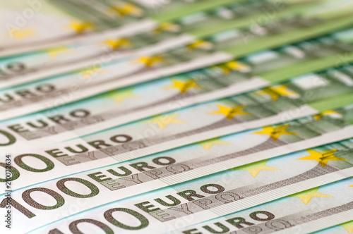Row of 100 Euro banknotes.