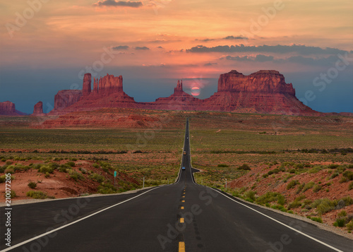 In de dag Route 66 Scenic highway in Monument Valley Tribal Park in Arizona-Utah border, U.S.A. at sunset.