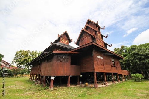 Tuinposter Oude gebouw Wat Phra That Chom Chaeng, Phrae, Thailand