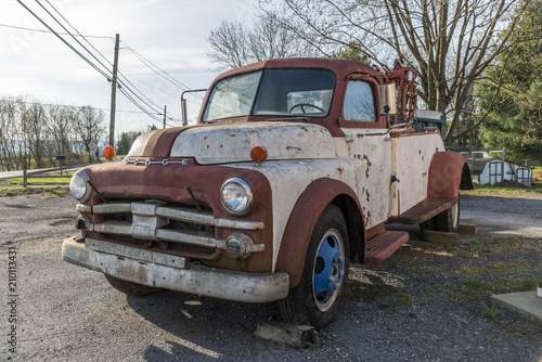 Foto  Old Dodge towing truck