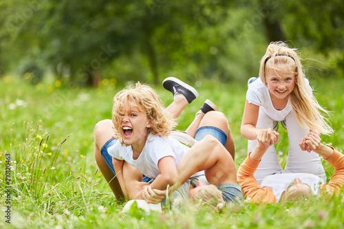 Photo Geschwister spielen und toben mit ihren Eltern