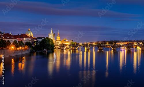 Plakat Widok na rzekę Vltava i Most Karola o zmierzchu, Praga, Czechy, Republika, Europa