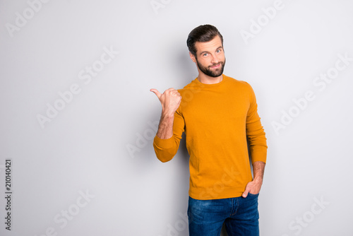 Photo Portrait of cheerful attractive joyful confident guy keeping hand in pocket of j
