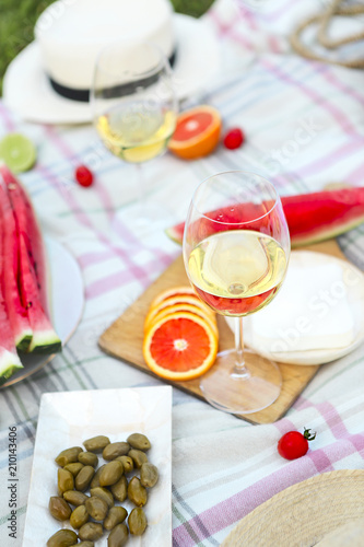 Tuinposter Picknick Picnic with white wine on green grass