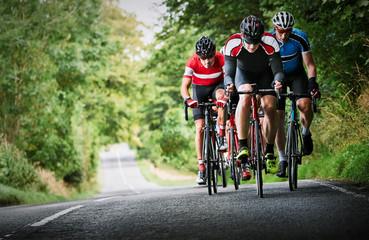 Biciklisti koji se utrkuju seoskim cestama sunčanog dana u Velikoj Britaniji.